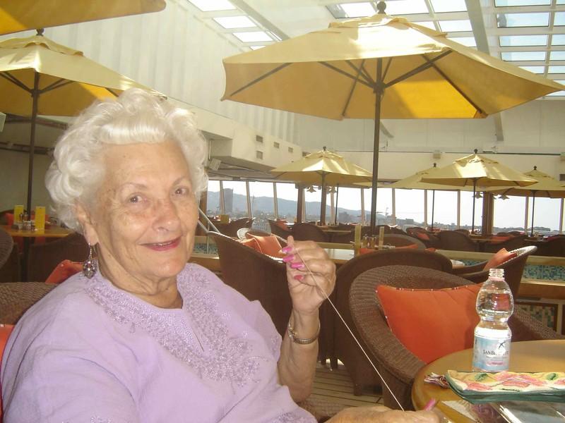 Пенсионерка живет на лайнере2