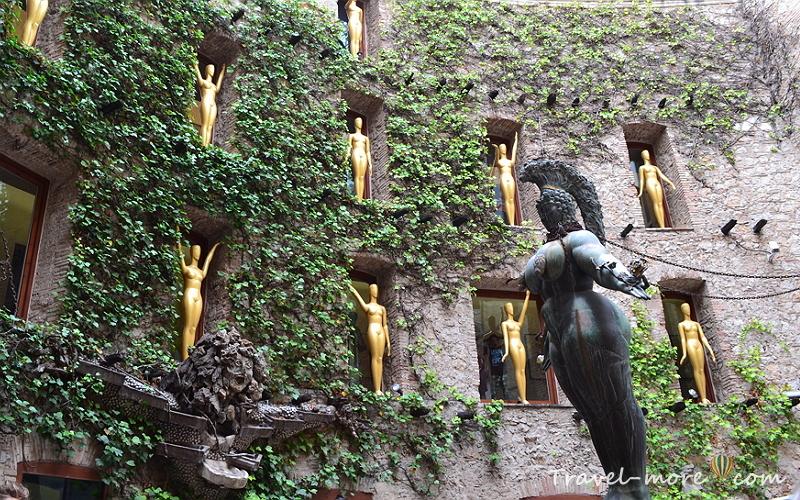 Внутренний дворик. Статуи