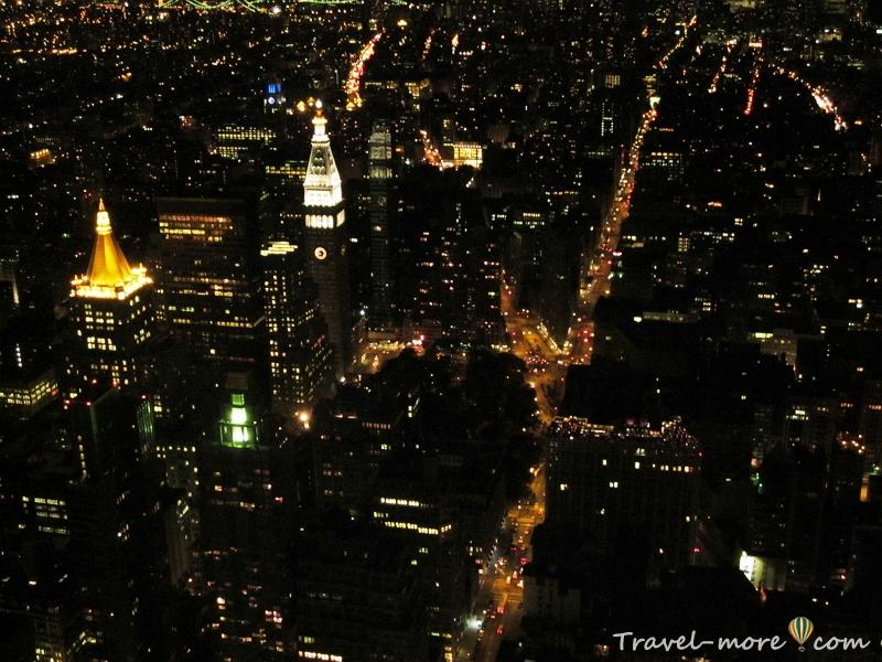 Знаменитый дом-утюг (Flatiron Building) и первый небоскреб, построенный в Нью-Йорке (находится на пересечении Бродвея, 5-й авеню и 23-й улицы).