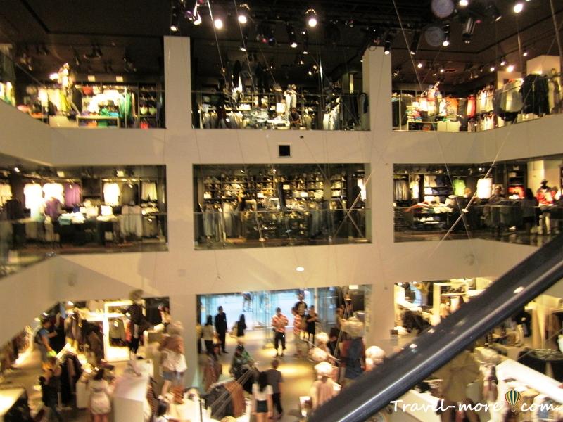 Магазин «H&M» в Нью-Йорке. Вид с эскалатора.