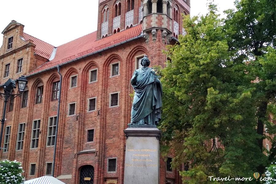 Памятник Коперника в Торуне