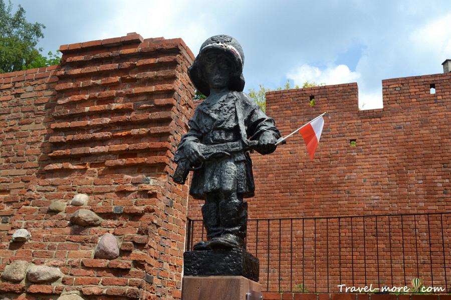 Памятник юному повстанцу в Варшаве