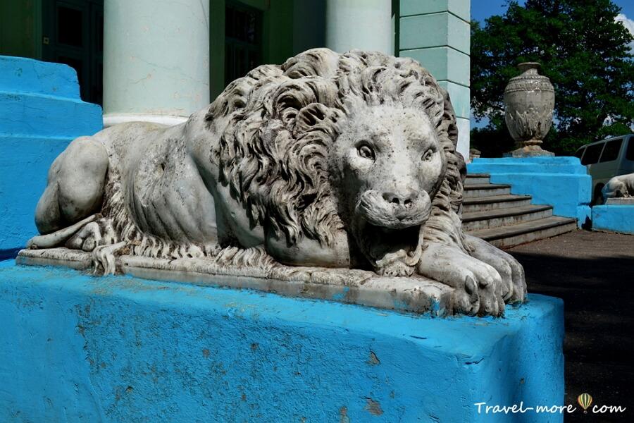 Львы в усадьбе Альбертин в Слониме